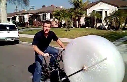 走るだけで「プチプチつぶし」ができる自転車「Bubble Wrap Bike(プチプチバイク)」