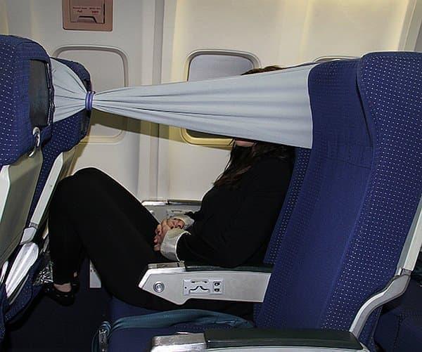 エコノミークラスでのフライトを快適なものにする「b-tourist strip」  (出典:designboom)