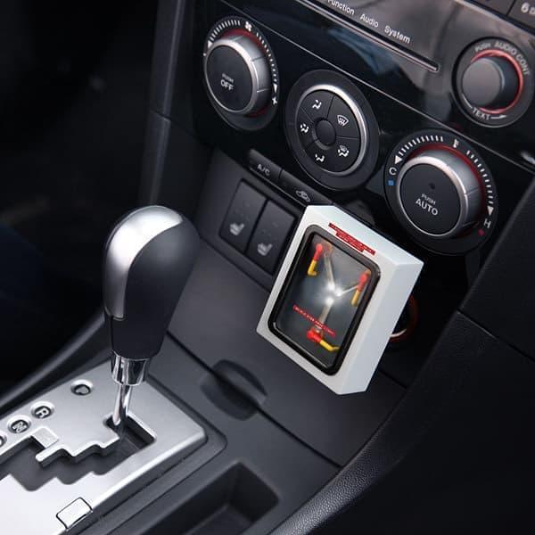 シガーソケットに装着された「Flux Capacitor USB Car Charger」  動作には時速88マイル(約141キロ)での走行が必要(ウソ)