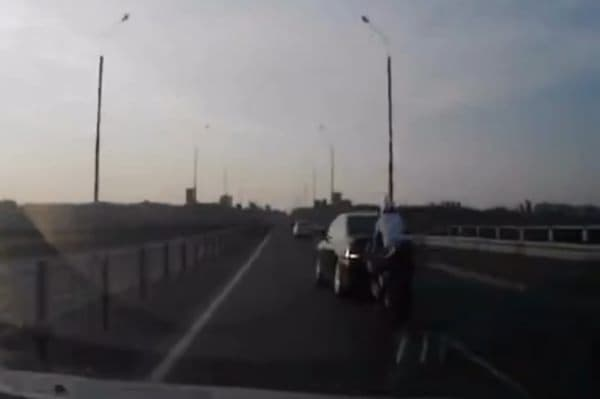 バイクが追い越し車線に入ろうとした時、前を走る自動車も車線を変更