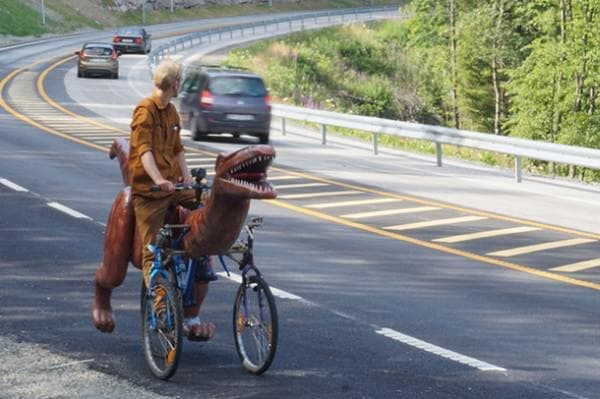 Markus Moestue さんは「恐竜自転車」に乗り