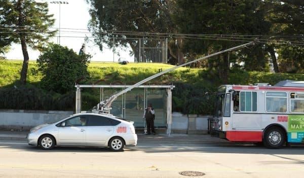MUNI バスの架線を「ハッキング」して走行するトヨタプリウス