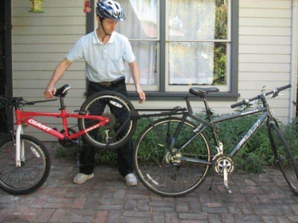 牽引される自転車の後輪を載せ
