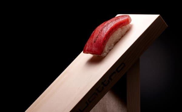 「クアトロ」の称号を持つマグロ  斜度37.5度の専用鮨下駄で提供される