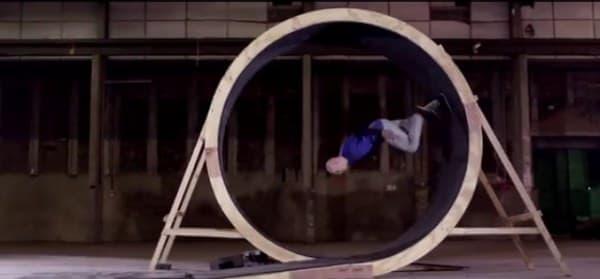 重力を受けて加速しながらループを駆け下り