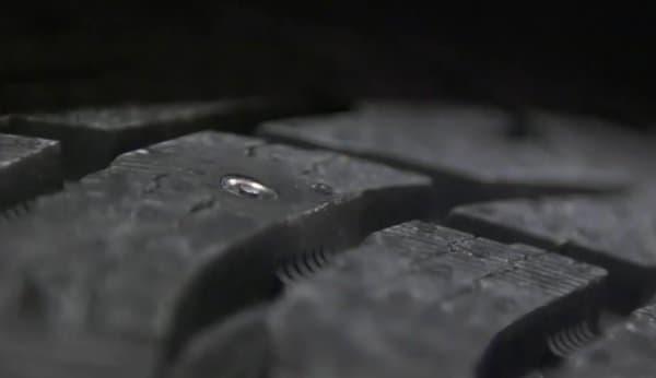 スタッドが収納された状態のタイヤ