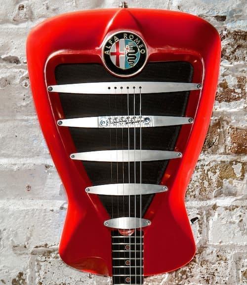 「アルファ・ロメオ ギター」正面のデザインは、