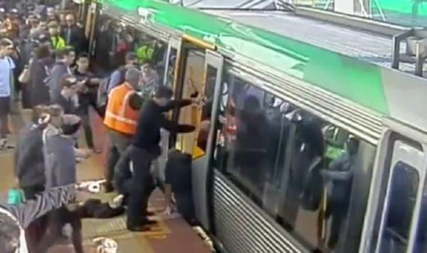 駅員の呼び掛けに応えて乗客が車両の周りに集まり  (出典:Transperth/ABC News Australia)