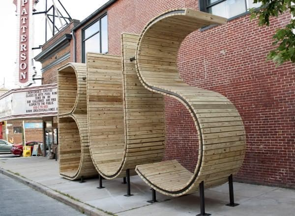 「BUS」は「B」「U」「S」の3文字で構成された、木製の彫刻作品