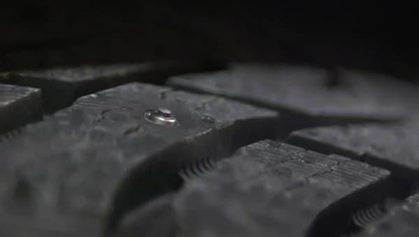 スタッドが飛び出し、凍結路を走行可能になる