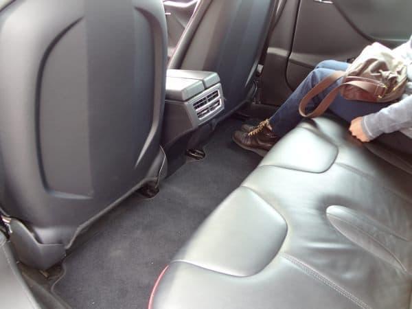後部座席の足元には十分な余裕があります