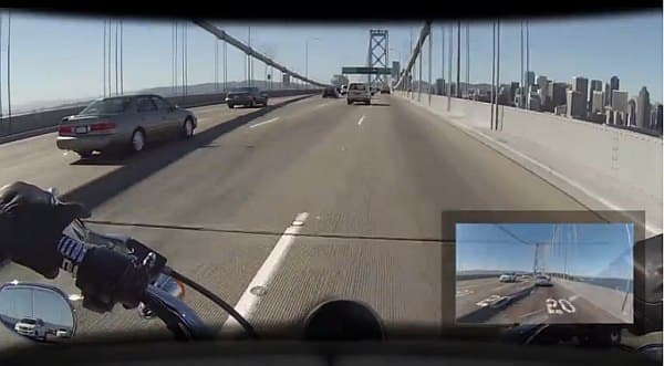ライダーは前を向いたままで、後ろの自動車やバイクの走行状況を把握できる