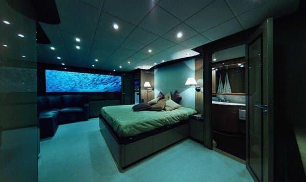 窓から海中景色が楽しめるベッドルーム  お魚になったわ・た・し?