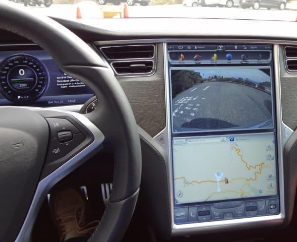 タブレットみたいなコンソールで車内装備をコントロール
