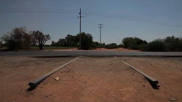 新たに作られた道路で寸断された線路