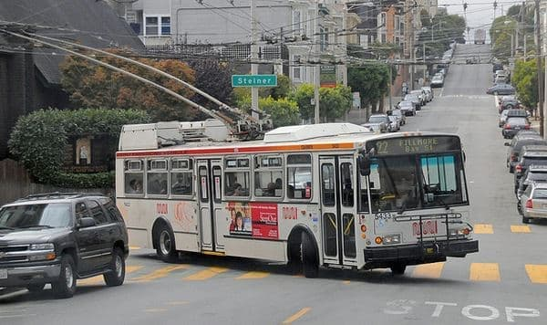 サンフランシスコ市内を走る「MUNI」バス  架線から供給される電力で走行します  決められたルート以外は、走行できません
