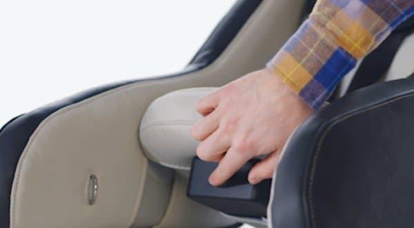 折り畳む際には、シート下部のボタンをプッシュ