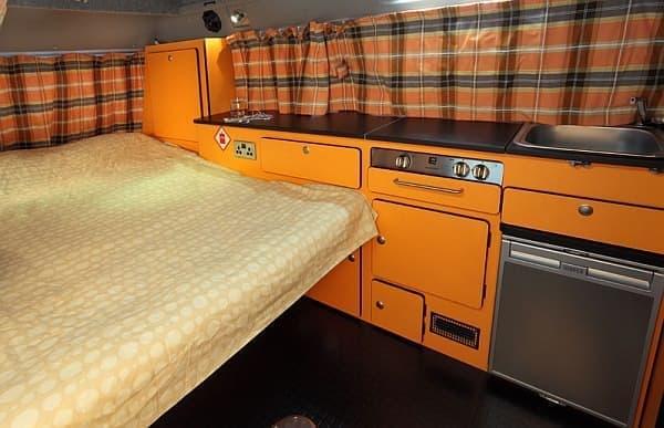車内にはベッドも搭載  暮らす?いっそ、ここで暮らします??