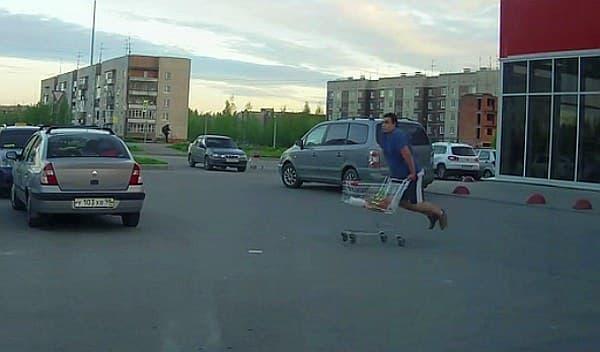 YouTube で話題の「カートに乗る男性」