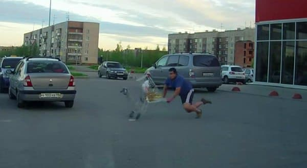 男性はバランスを崩し、転倒