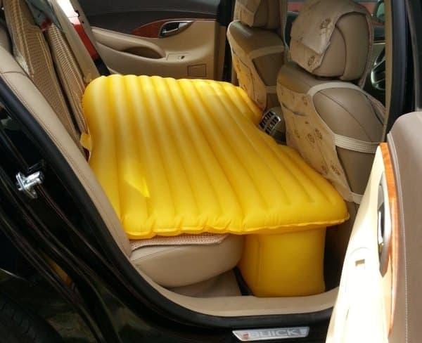 突然の車中泊を楽にしてくれる「Inflatable Car Mattress」