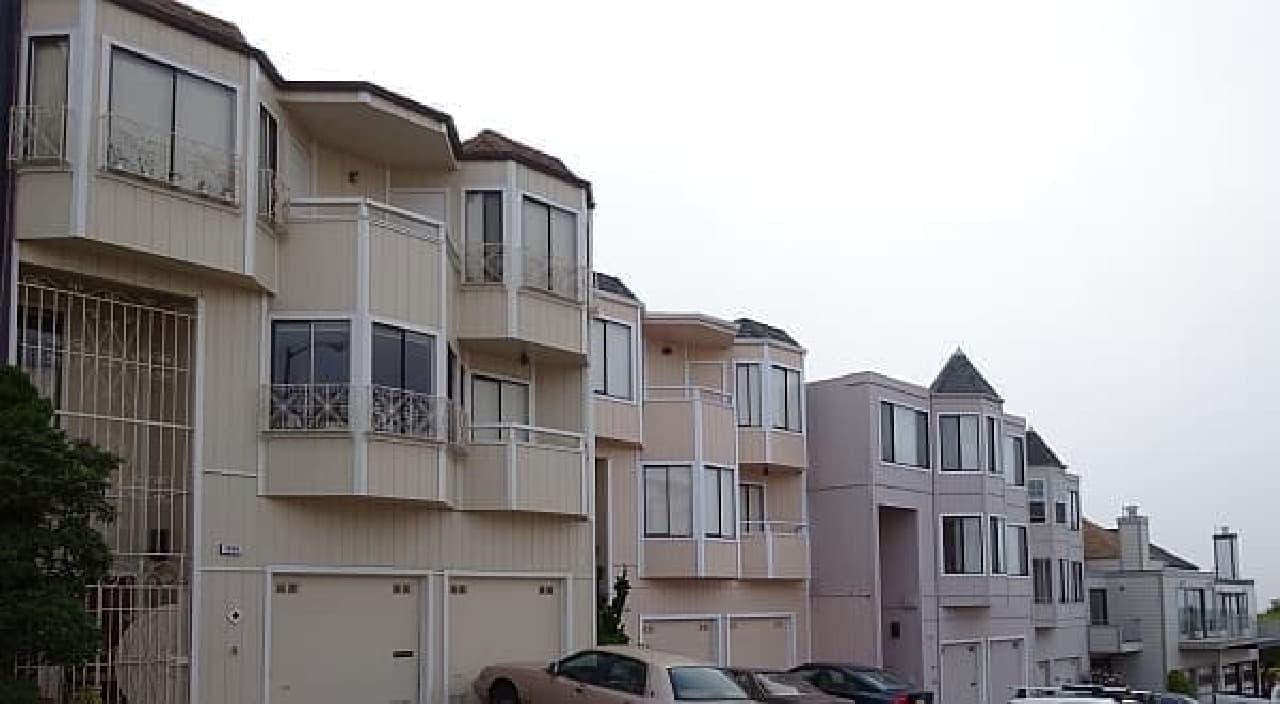 モラガ階段の近くにはかわいらしい家が立ち並び  ダウンタウンとは違う雰囲気を醸し出しています