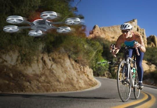 サイクリストやライダーの前後を飛行する小型ヘリ「Cyclodrone」