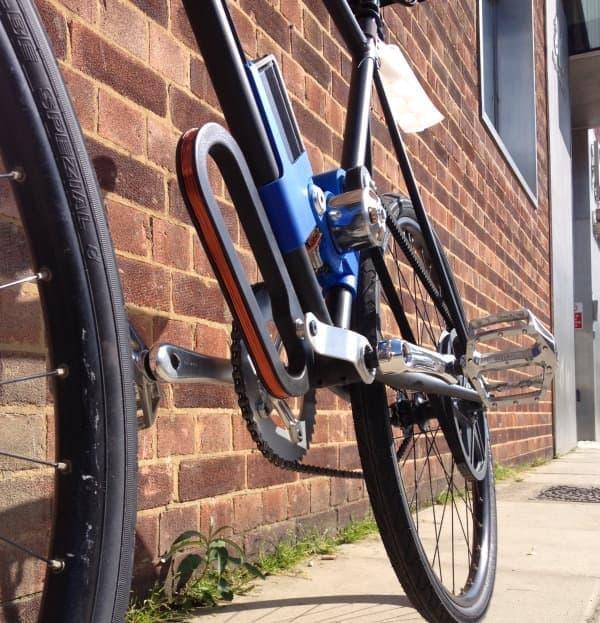 電動アシスト自転車に取り付けられた受電側コイル  これで道路から伝送された電力を受電する