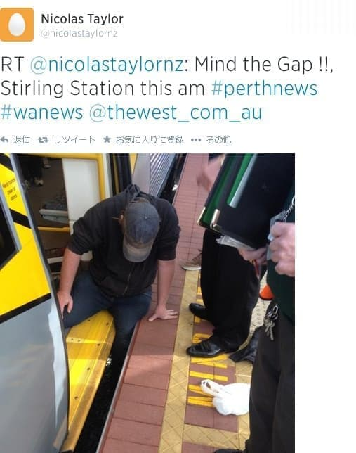列車とホームの間に左足を挟まれた男性  (画像出典:Twitter ユーザー Nicolas Taylor 氏による投稿)