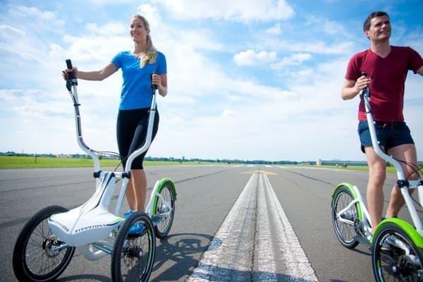 「FreeCross」は、手と足を動かすことで前進する自転車