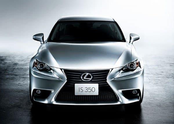 """標準仕様車および""""version L""""のフロントフォグランプに LED を採用"""