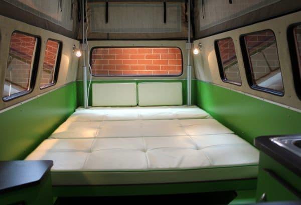 ベッドは大人二人がゆったり寝れるサイズ