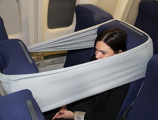 自分のシートと、前のシートの間に取り付けることで、プライバシー空間を作り出す  (出典:designboom)
