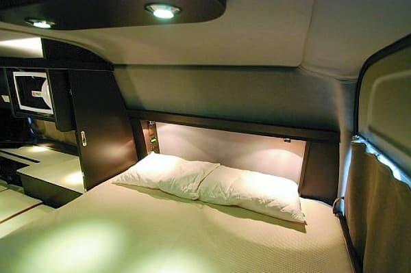ホテルの室内を思わせるベッドルーム