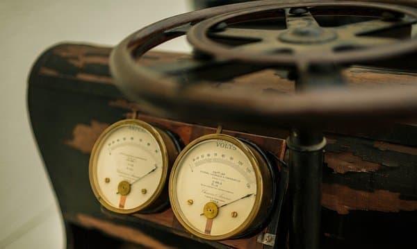 P1 のハンドルとメーター  メーターは速度計ではなく、電流計と電圧計だった