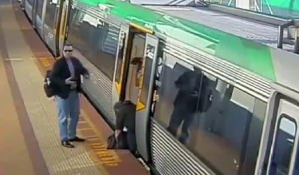 男性が列車から落下して左足を隙間に挟まれ、身動きが取れなくなる  (出典:Transperth/ABC News Australia)