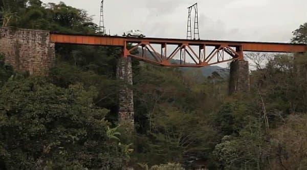 鉄道橋跡など、廃線マニアの心をくすぐる画像が記録されている