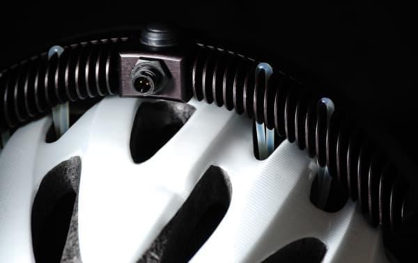 「Halo」は、通気口を利用してヘルメットに固定する自転車用ライト