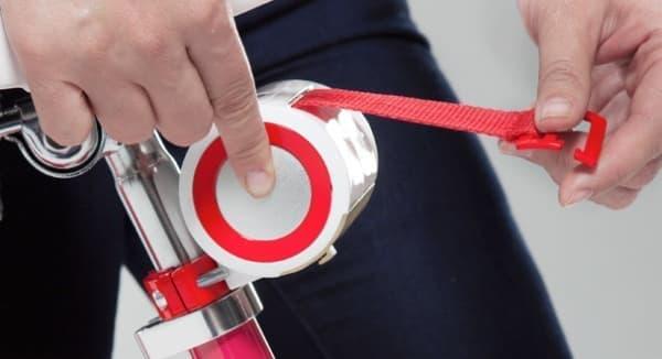 ロール部分横のボタンを押してテープを収納する