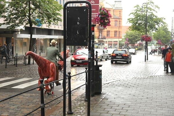 Markus Moestue さんはこの「恐竜自転車」で市街地を走行し