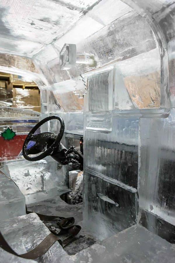 シートも氷製 涼しい!?