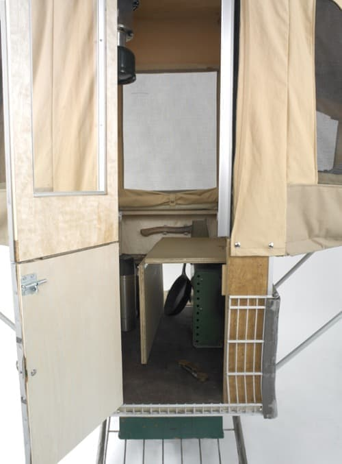 「Camper Kart」の正面玄関  椅子の下には大容量の収納も!