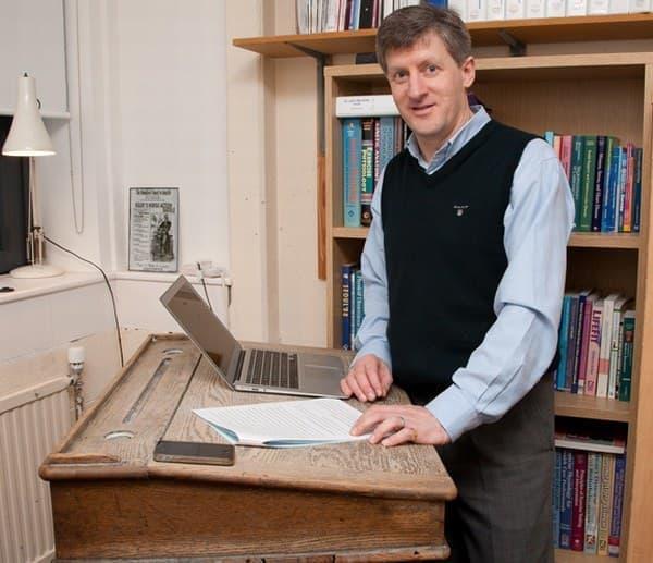英国チェスター大学の John Buckley 博士  椅子に座らず立ち机で仕事をしている  (画像出典:英国チェスター大学)