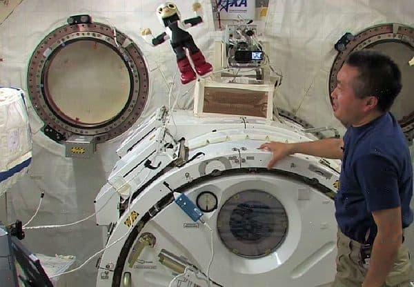 ISS 内での「ジャンプ」に挑戦するキロボくん
