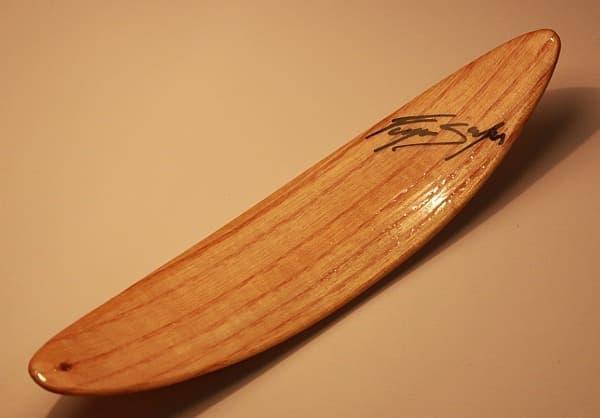 表面を仕上げ完成した木製サーフボード