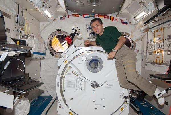 無重力の ISS 内を漂う2人(?)