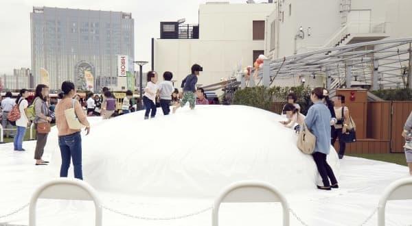 子どもが飛び跳ねて遊べる空気膜遊具「風の丘」