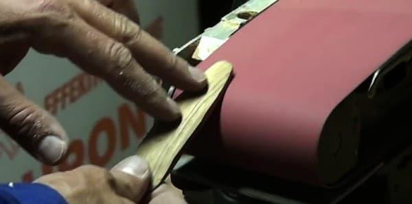 競技用(?)サーフボード製作のため、Lotz さんは木の枝を削った