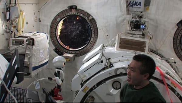 若田光一さんと宇宙ステーション内で会話するキロボ