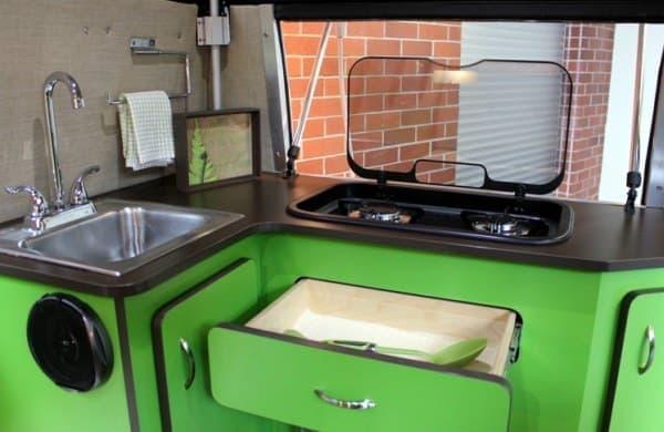 キッチンには、2口ガスコンロやステンレスシンクが取り付けられている